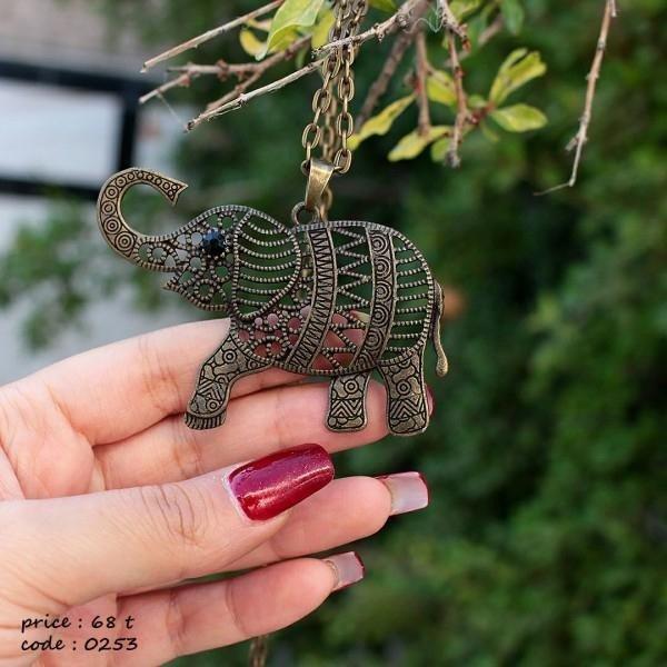گردنبند فیل خاص روی دست